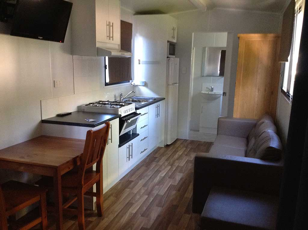 Queen Studio Cabin Long Jetty Accommodation kitchen, dining and lounge